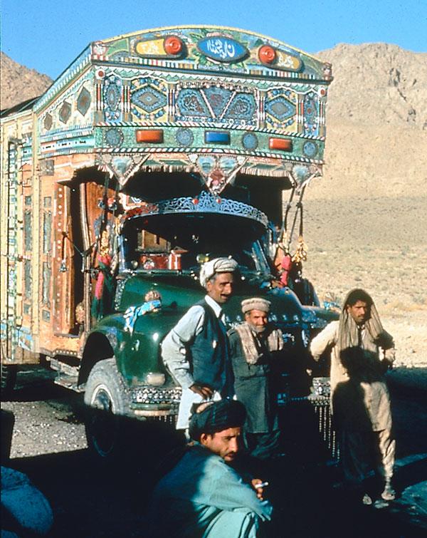 Afghanen vor ihrem Bus