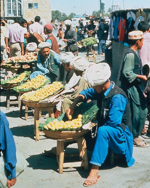 Markt mit Händlern in Aghanistan