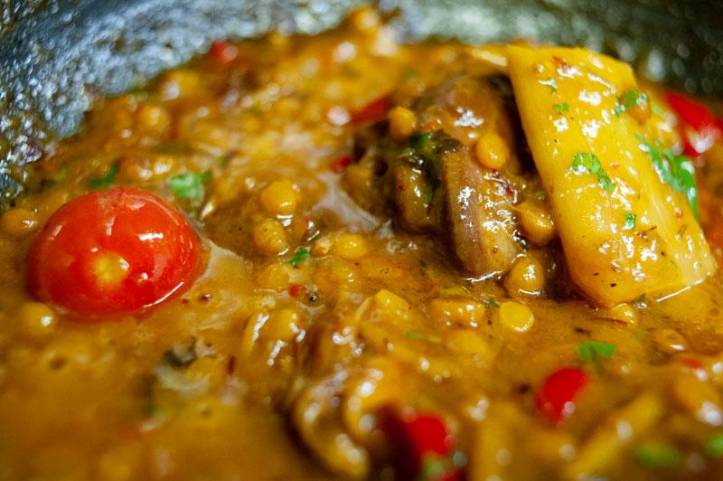 Hähnchenfleisch mit Linsen, pikante Safransauce, gebackener Basmati Reis